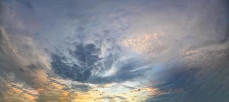 kvällshimmel och moln foto