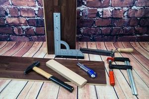 verktyg för att lägga trälaminat eller parkett på golvet foto