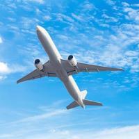 kommersiellt flygplan som flyger mot blå himmel bakgrund foto