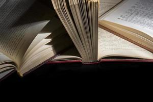 öppen bok på svart bakgrund foto