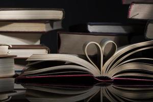 öppen bok med formhjärta foto