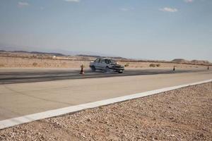bilar på racerbanan och på öknens vägar foto