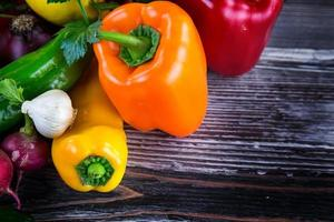 hälsosam frisk blandning av rå grönsakssammansättning foto