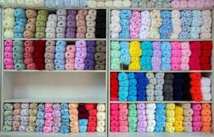 bomulls färgglada textilmaterial industriella tyg rullar foto
