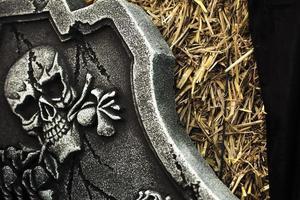 skrämmande halloween symbolskalle på gravsten foto