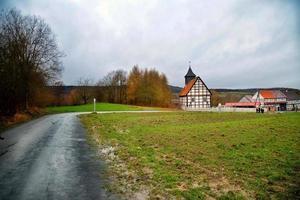 grönt gräs nära vägen och tyskt hus foto
