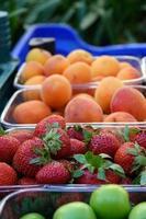ekologiska läckra frukter jordgubbsplommon och aprikos foto