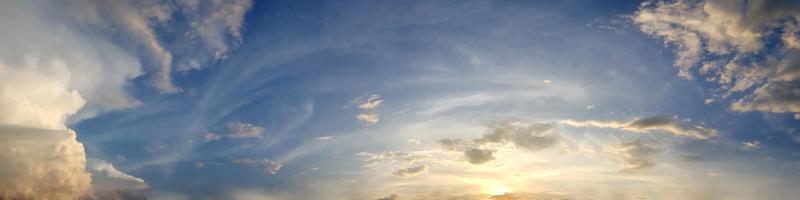 dramatisk panoramahimmel med moln i skymningstiden. foto