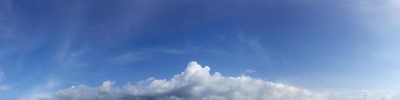 levande färg panoramahimmel med moln på en solig dag. foto