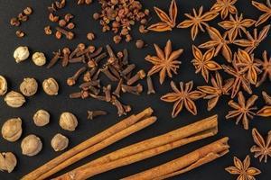 diverse färgglada kryddor på en svart bakgrund. foto