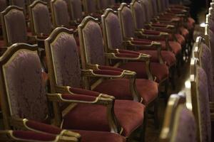tomma stolar i konserthuset foto