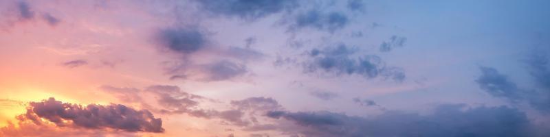 panoramahimmel med moln vid soluppgång och solnedgång foto