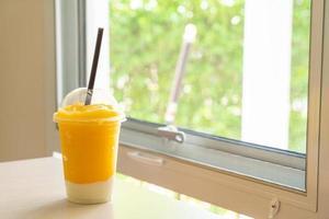 färska mangofruktsmoothies med yoghurtglas foto
