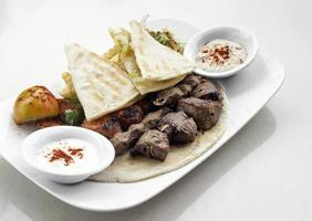 libanesiskt meshwi blandat grillat kött med kyckling, lamm och nötkött i beirutrestaurang foto