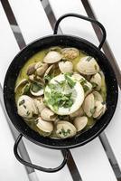 sauterade färska musslor tapas i citron vitlök persilja sås i santiago de compostela spanien foto