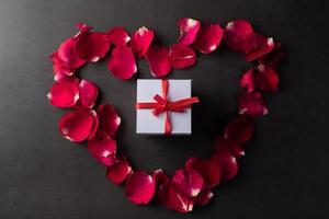 presentförpackning med röd ros. foto