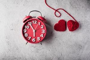 röd väckarklocka med rött hjärta, alla hjärtans dag koncept. foto