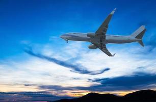 kommersiellt flygplan som flyger vid solnedgången foto