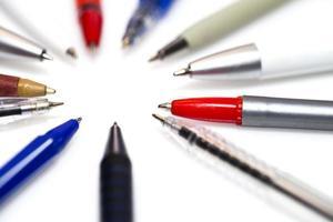 många olika flerfärgade pennor foto
