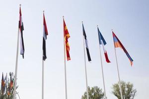 flaggor mot blå himmel foto