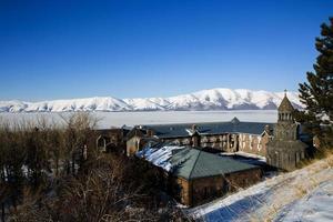 sjön sevan täckt med is foto