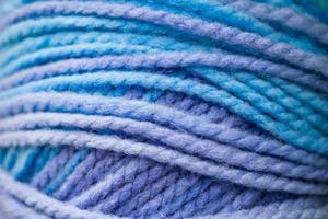 textur av blå mjuka ulltrådar för stickning foto