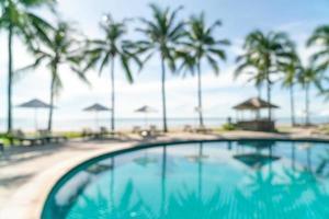 abstrakt oskärpa säng pool runt swimmimg pool i lyxhotell resort för bakgrund - semester och semester koncept foto