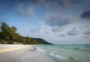 lång strand i det tropiska paradiset Koh Rong Island nära Sihanoukville Kambodja foto
