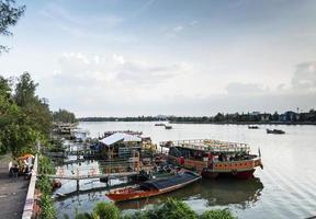 turistrestaurangbåtar och landskap vid floden i centrala Kampot Town, Kambodja foto