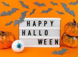 ljuslåda med glad halloweenfras med pumpor, fladdermöss och ögonglob foto
