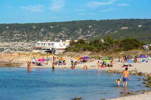 människor som njuter av es calo -stranden i formentera sommaren 2021. foto