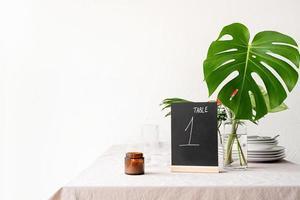 håna bords tält med ord bord 1 på restaurangbord foto
