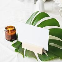 meny eller stå för häfte på tropiskt blad på restaurangbordet foto
