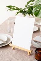 meny eller stå för häfte på restaurangbord med tropisk bukett foto