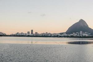 solnedgång på rodrigo de freitas lagunen i Rio de Janeiro, Brasilien foto