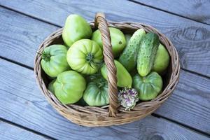 korg med grönsaker och örter foto
