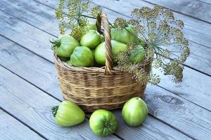 korg med grönsaker och dillkvistar foto
