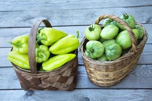 korgar är fyllda med grönsaker foto