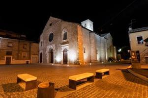 kyrkan i san francesco vieste på natten i terni foto