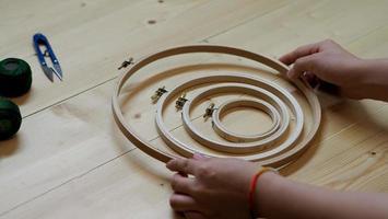kvinnahänder och hantverksarbete foto