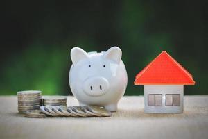 spargris, koncept för att spara pengar till hus, foto