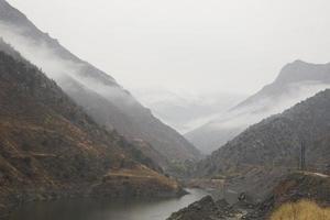 bergsutsikt har en vacker morgondimma foto