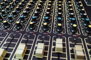 blandningsverktyg för en ljudtekniker i en professionell inspelningsstudio foto