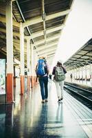 ungt hipsterpar på tågstationen. foto