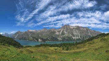 landskap av engadinedalen vid de schweiziska alperna foto