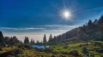 alplandskap med en liten sjö foto