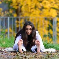flickan håller sig upprätt i yogaställning foto
