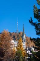 detalj av sankt moritz i schweiz. kyrkans klocktorn foto