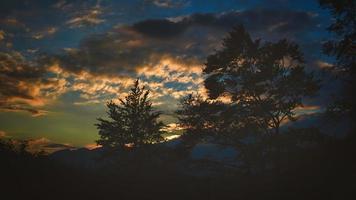röd höstsolnedgång i kullarna foto