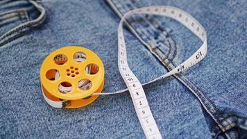 blå jeans och ett måttband. bantning eller sömnad denimkoncept foto